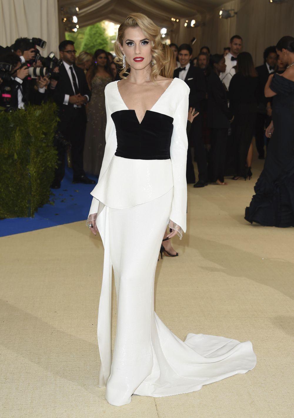 Con un clásico vestido en blanco y negro frimado por Diane von...