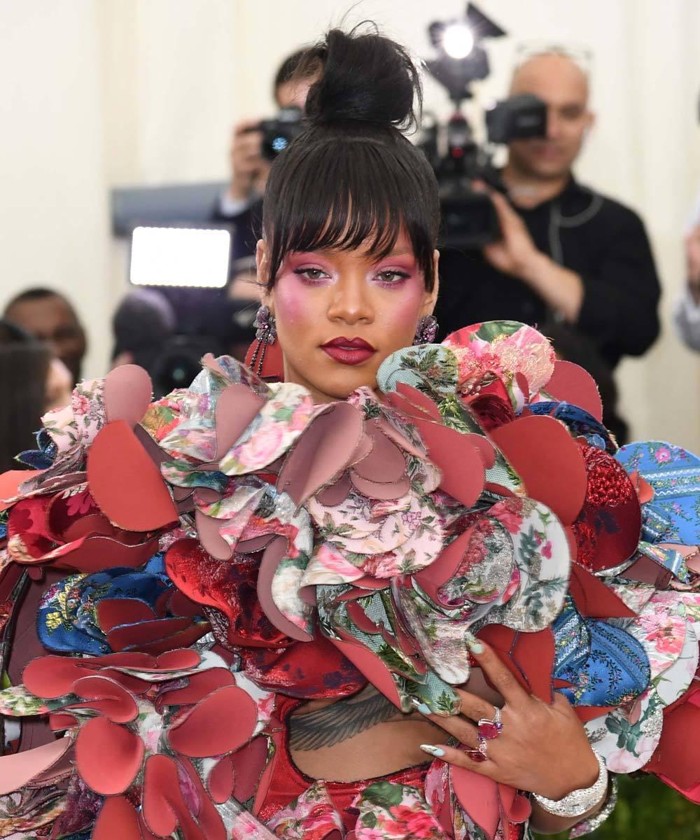 La cantante Rihanna triunfó con su belleza naïf de lo más...