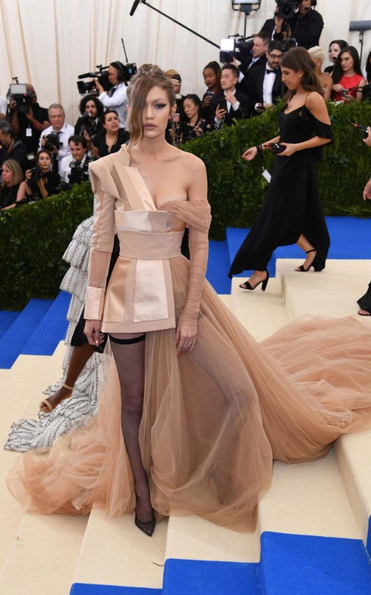 Gigi Hadid, con un diseño de Tommy Hilfiger.