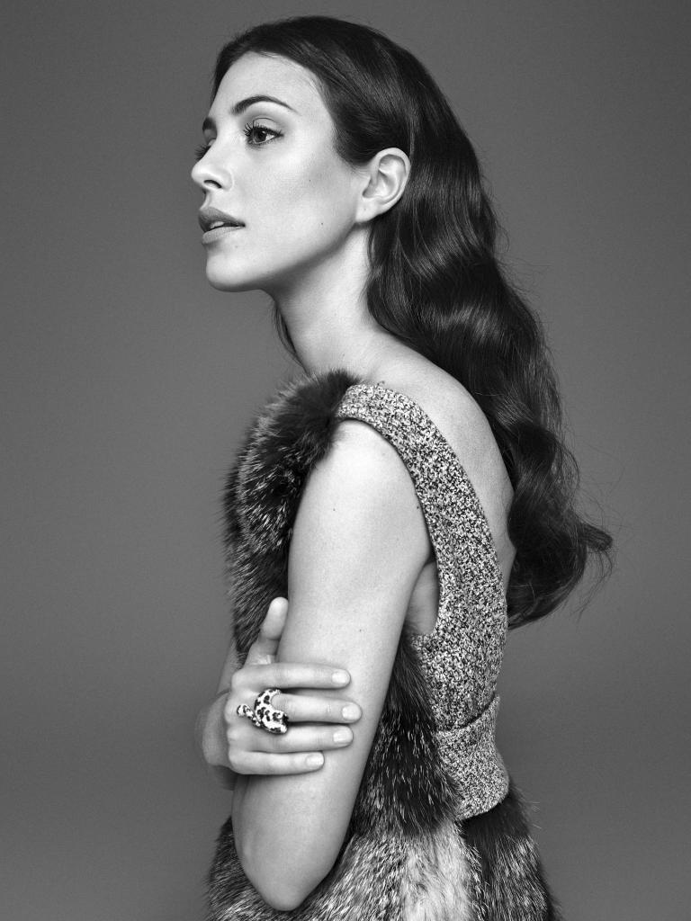 Alessandra de Osma con vestido de tweed y zorro, DIOR, y anillo de oro...