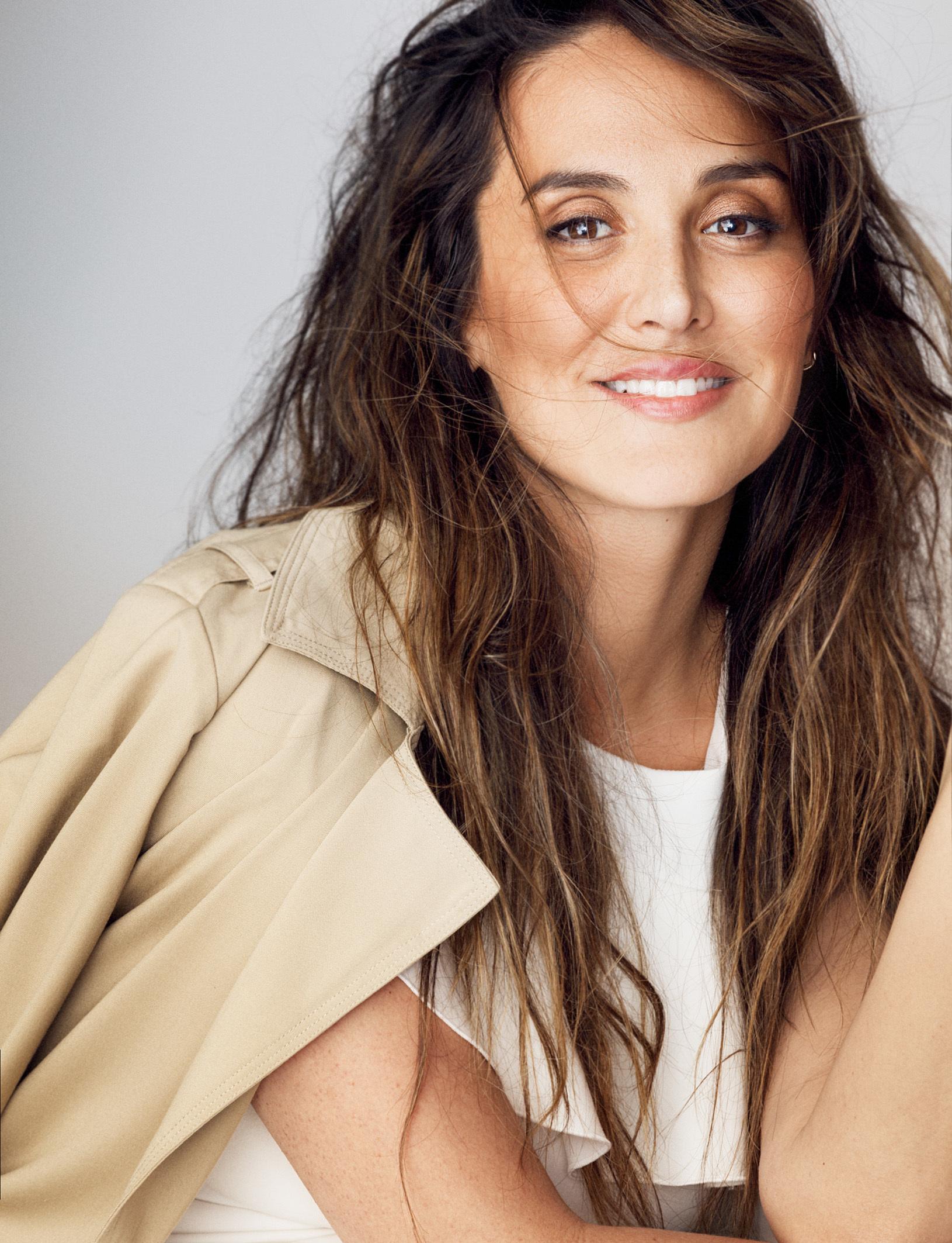 Tamara Falcó lleva vestido blanco de ESCADA y trench de TWIN-SET.