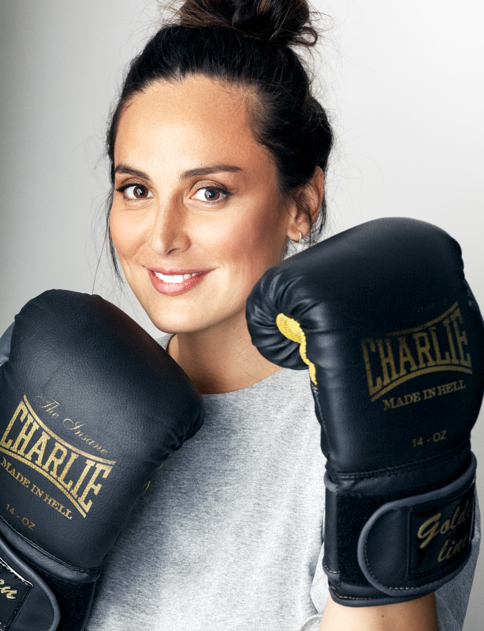 Tamara Falcó con camiseta de algodón gris de COS y guantes de boxeo...