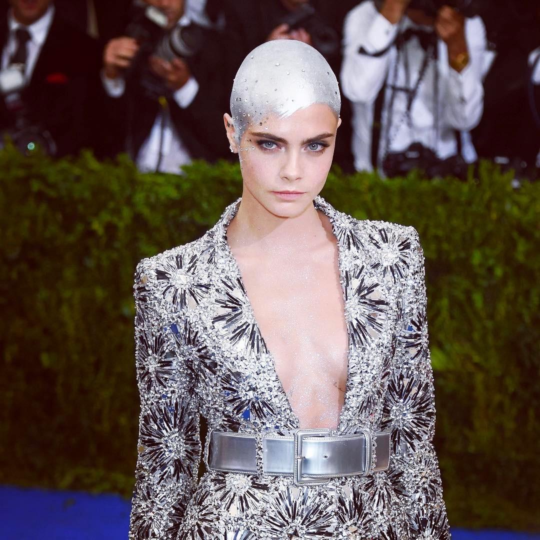 Cara Delevingne, en la Gala MET 2017, vestida de Chanel