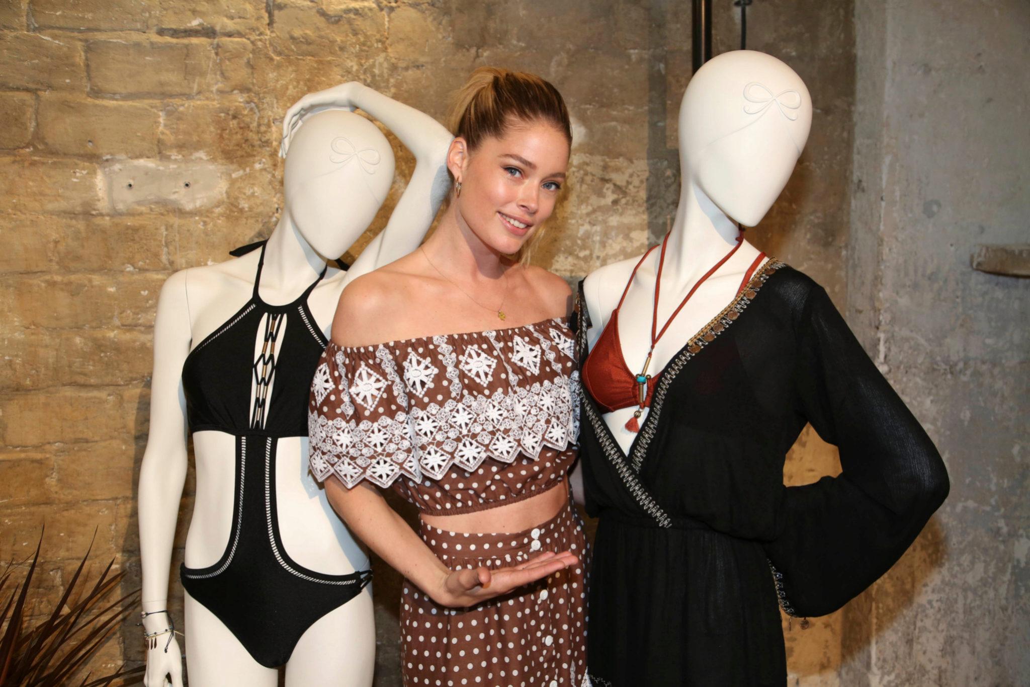 Doutzen Kroes posa con varios modelos de la colección durante la...