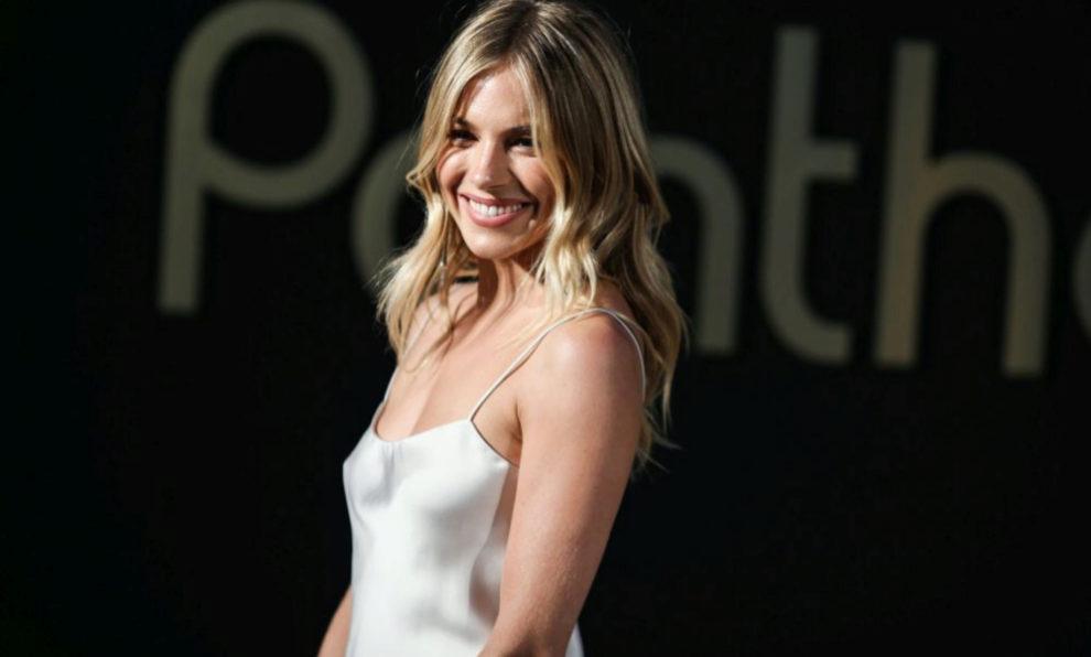 Sienna Miller con un look en blanco.