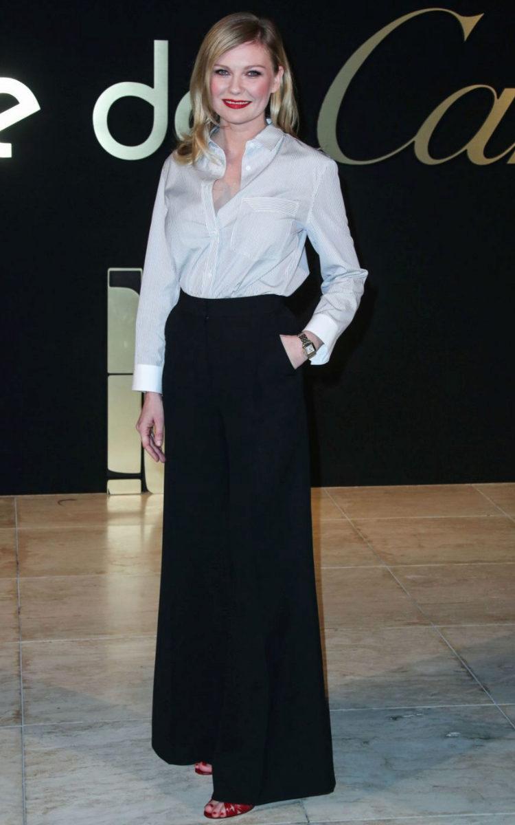 Kirsten Dunst apostó por un look en blanco y negro.