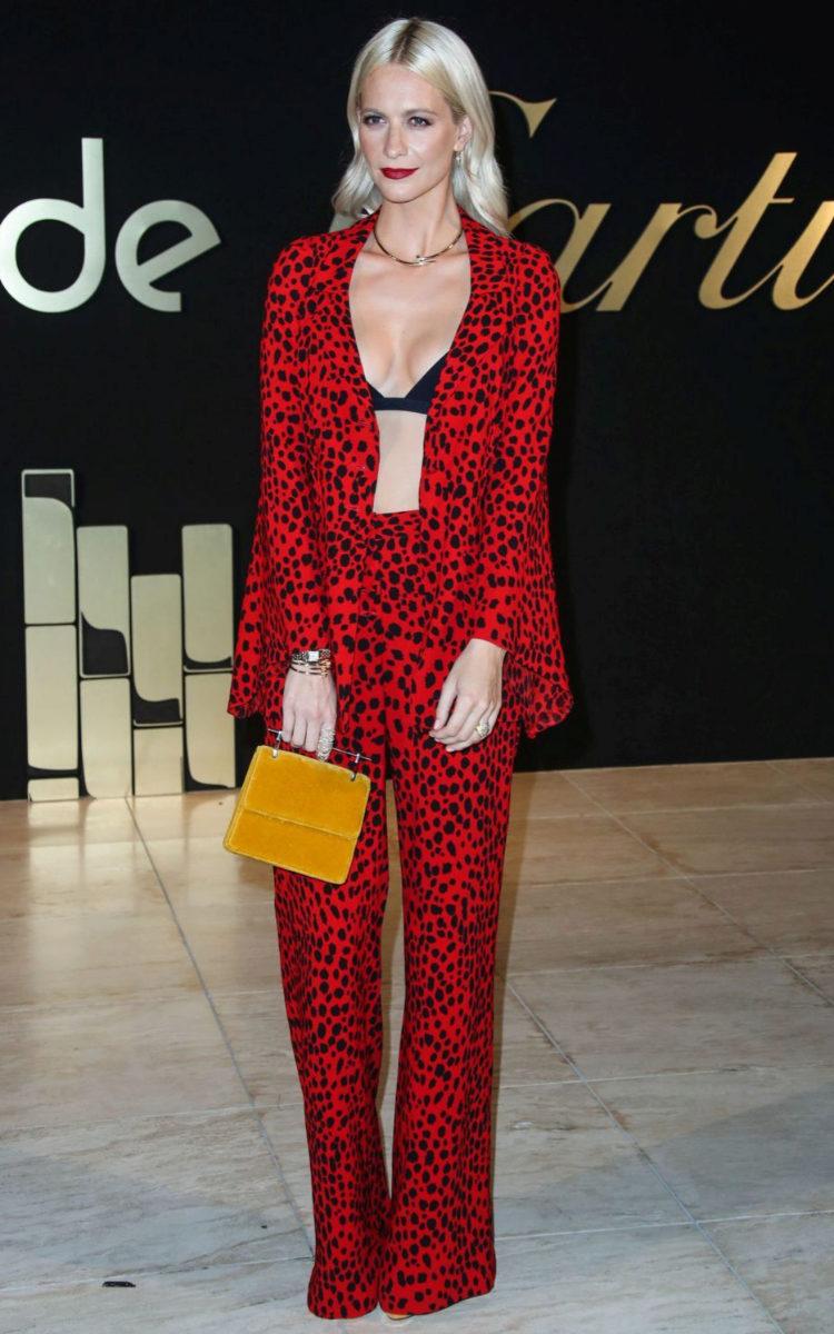 Poppy Delevingne con un pijama en print.