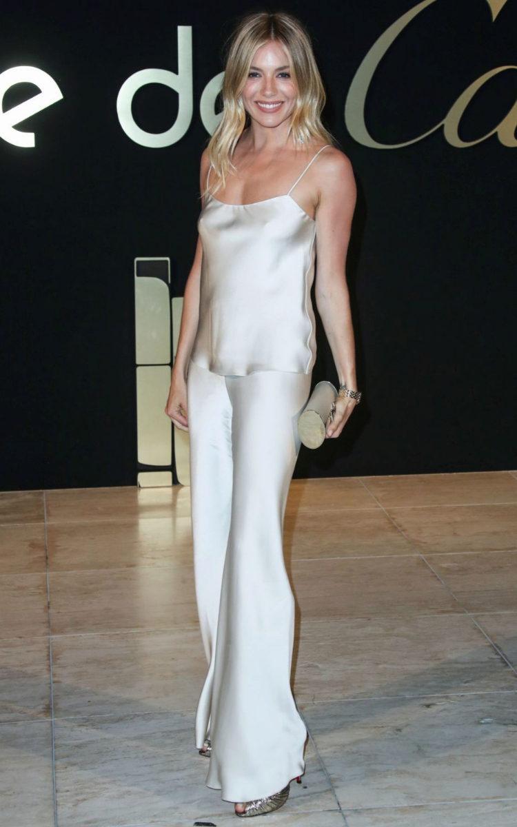 Sienna Miller escogió un look en riguroso blanco.