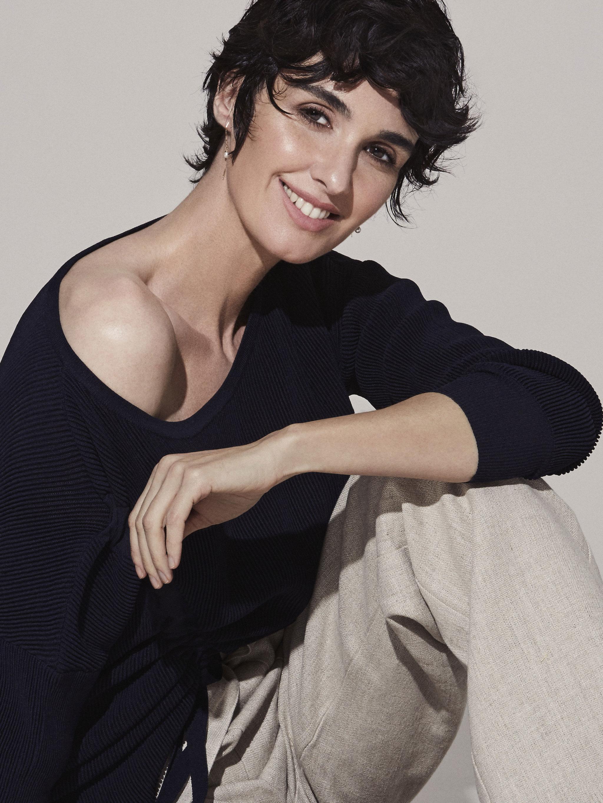 Paz Vega con jersey de punto de seda  y pantalón de lino, SFERA  y...