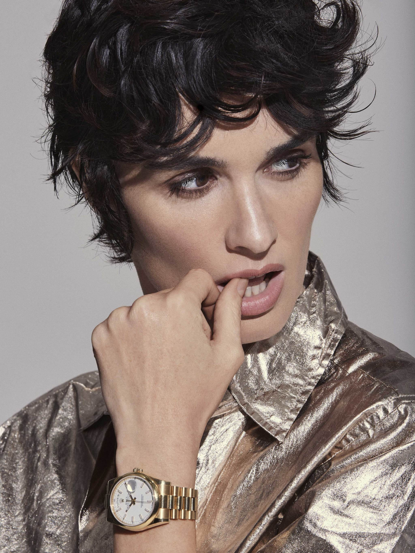 Paz Vega con camisa metalizada, ANTIK BATIK y reloj, ROLEX.