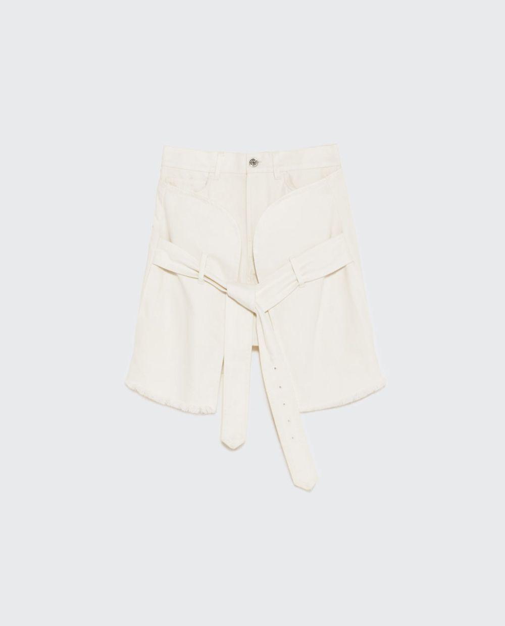 Falda blanca cruzada. De Zara (39,95 euros).