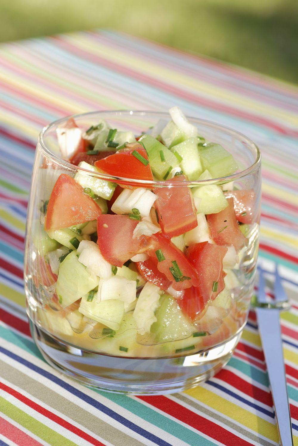 Ensalada gazpachera con hierbas frescas