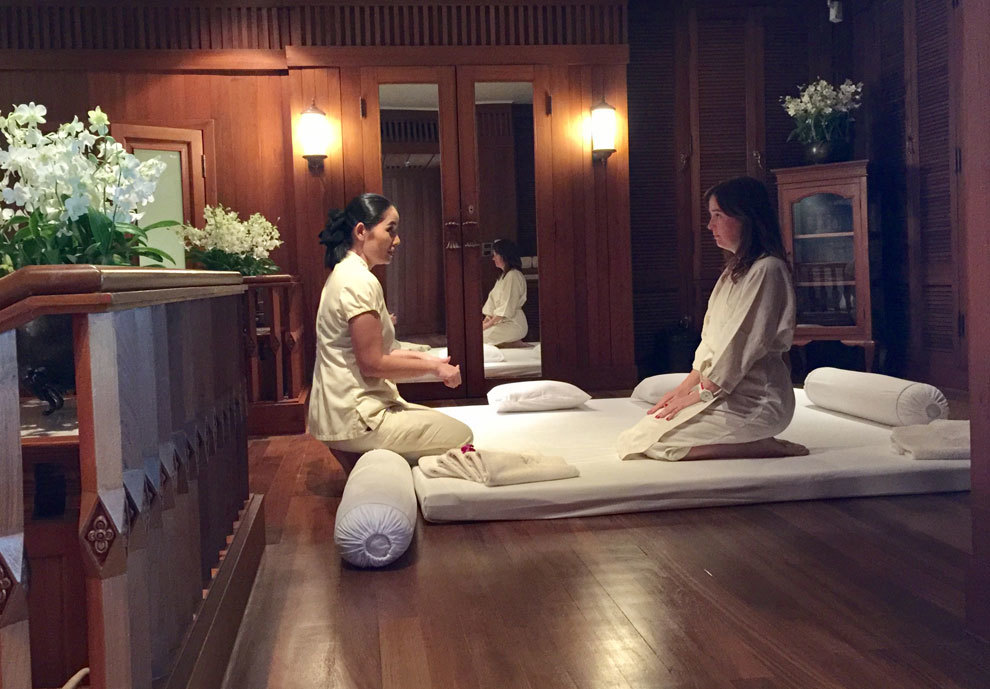 La chica de la ciudad se da un tradicional masaje tailandés.