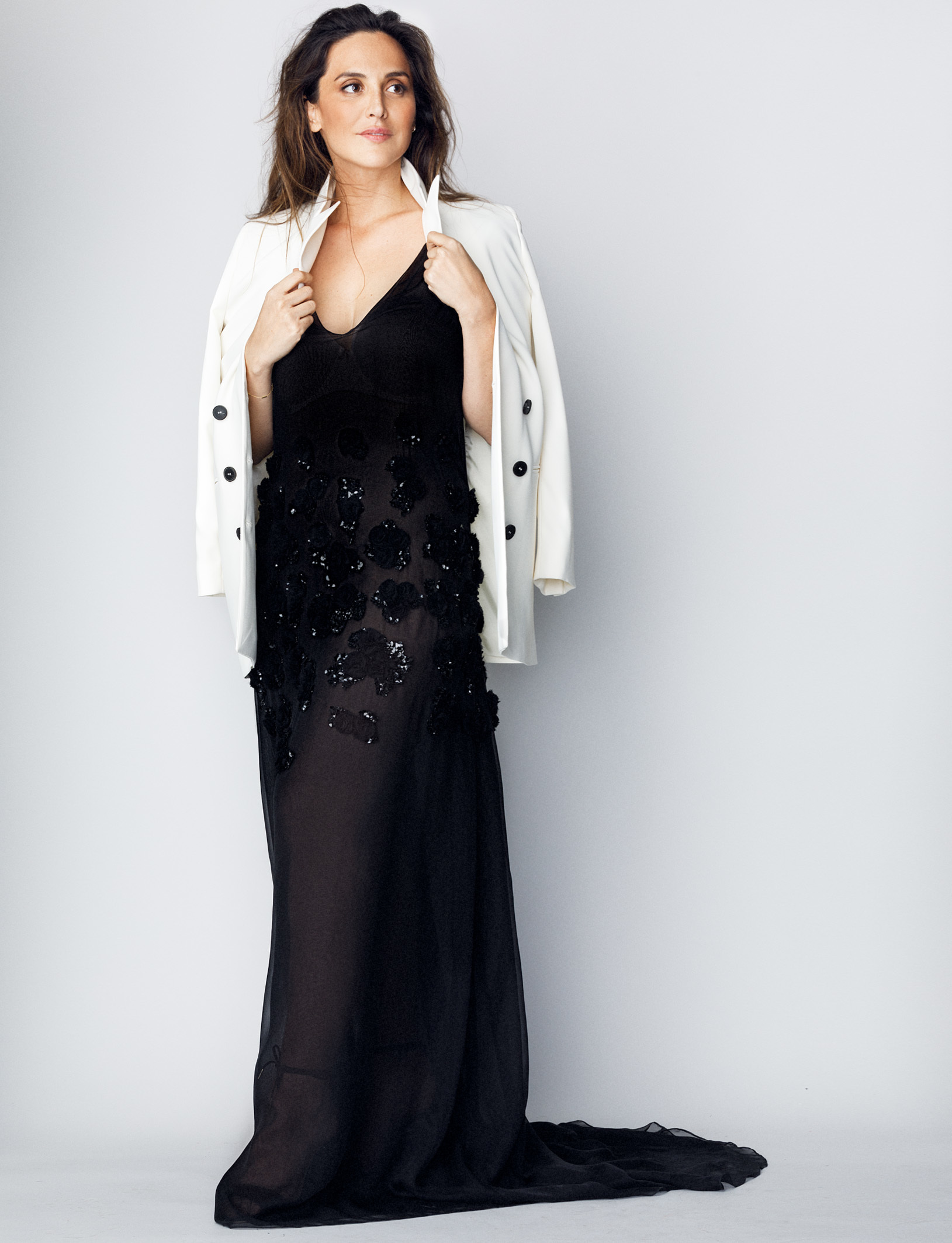 3332230a53 Tamara Falcó lleva vestido negro con bordados en azabache de JORGE.
