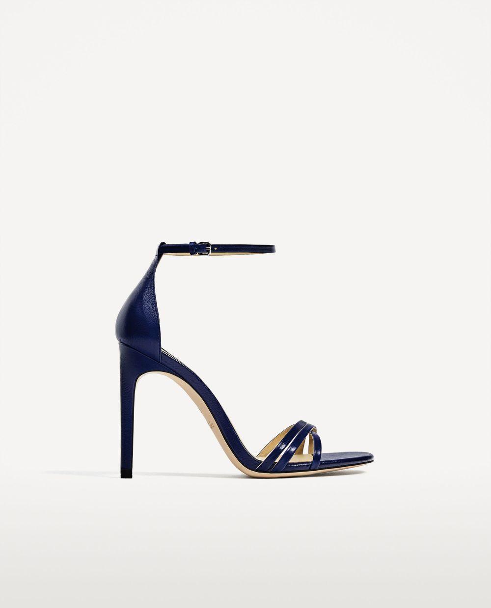 Sandalias en azul marino de Zara. 39,95 euros.