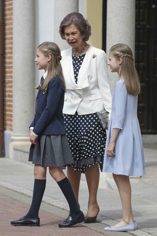 Doña Sofía junto a la infanta Sofía y la Princesa de Asturias.
