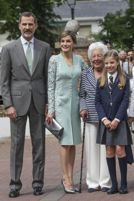 Los Reyes don Felipe y doña Letizia junto a Menchu Álvarez y la...