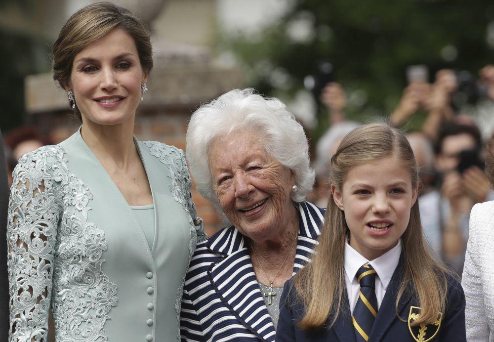 Doña Letizia junto a su abuela Menchu Álvarez y la infanta Sofía.