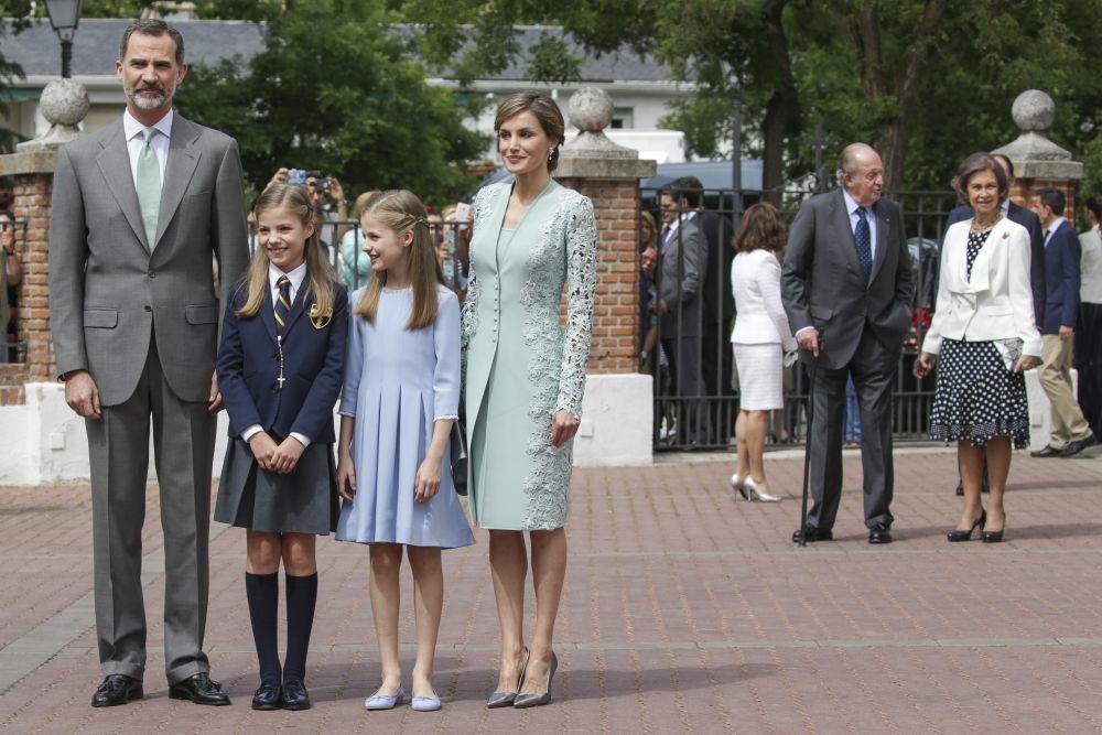 Don Felipe y doña Letizia junto a sus hijas, Leonor y Sofía, en la...