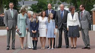 La Familia Real durante la Comunión de la infanta Sofía. Los Reyes...