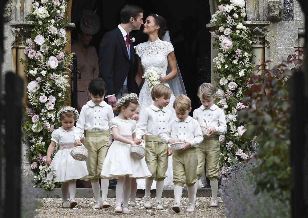 Pippa Middleton y James Mathews tras su boda precedidos por la...