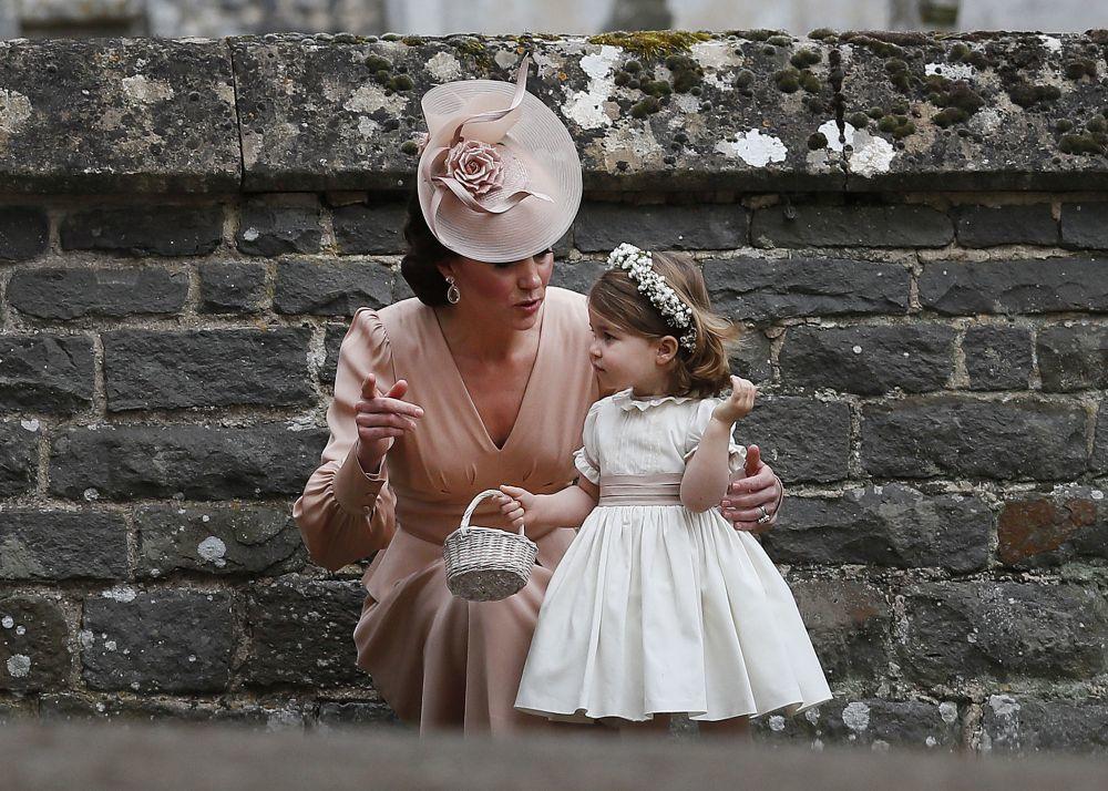 Kate Middleton y la princesa Charlotte durante la boda de Pippa...