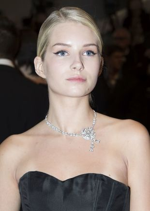 Deslumbra con un  collar de diamantes de la joyería de lujo Bulgari.