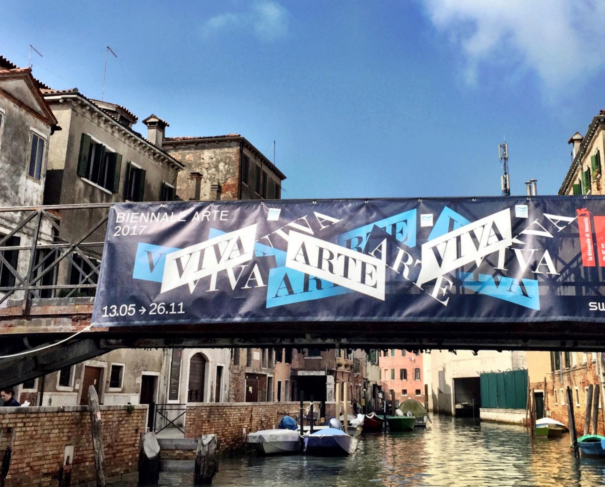 Vista de los canales de Venecia con el cartel de la Biennale 2017