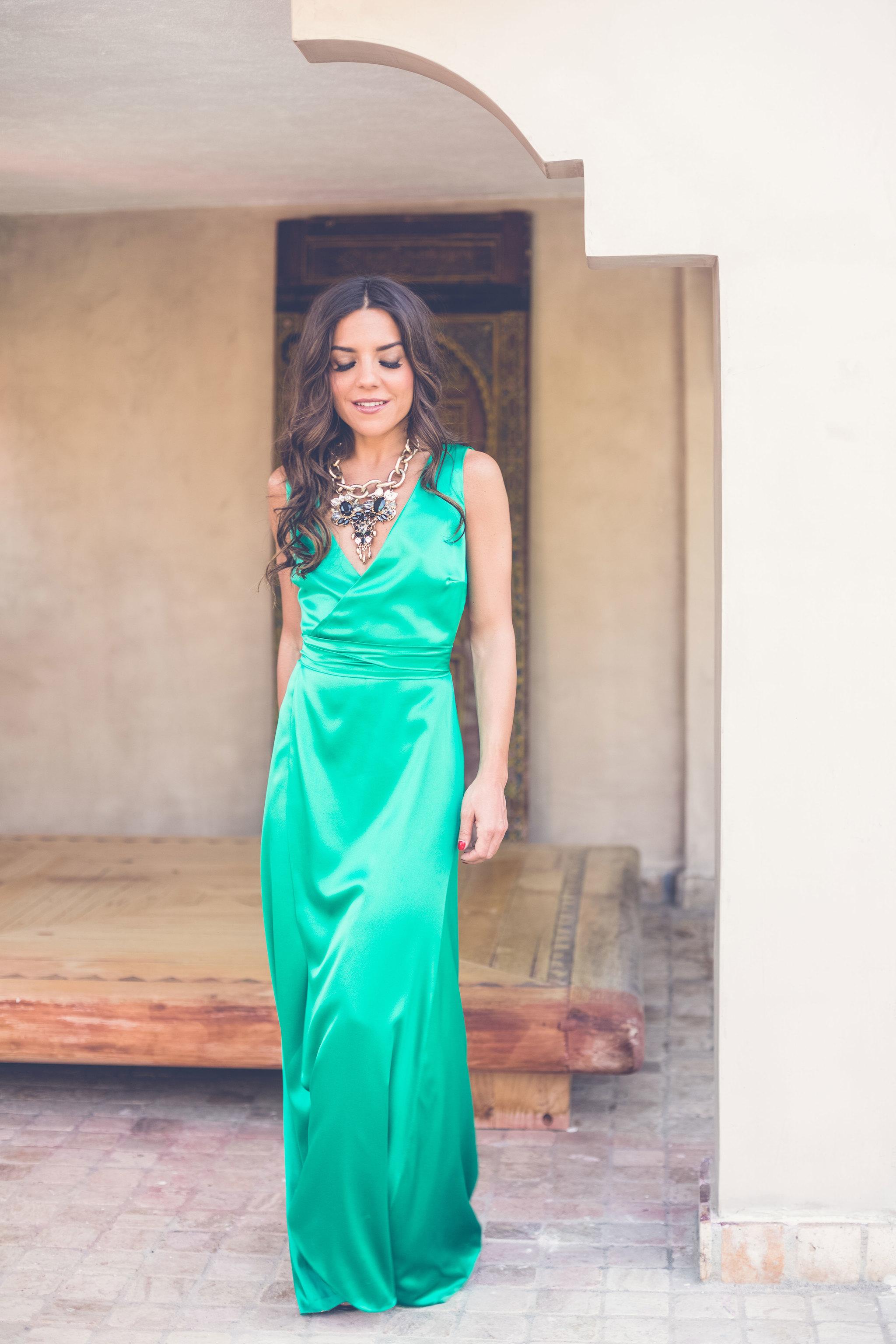 Vestido cruzado seda verde - PVP: 465¤. Maquillaje y hair style por...