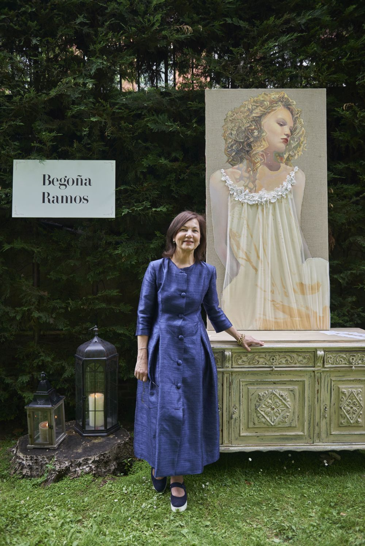 La artista Begoña Ramos junto a una de sus obras.
