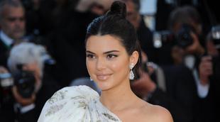 Kendall Jenner lució un rostro con maquillaje en tonos melocotón,...