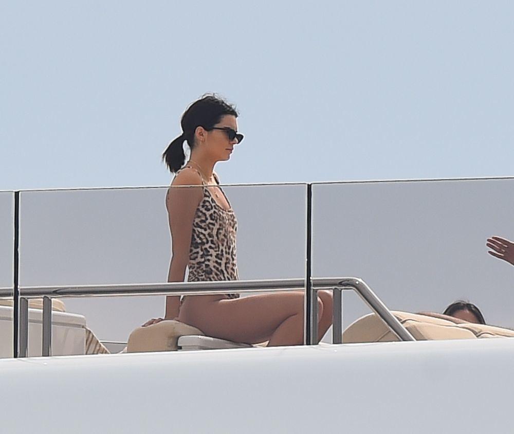 Kendall Jenner con un bikini de leopardo