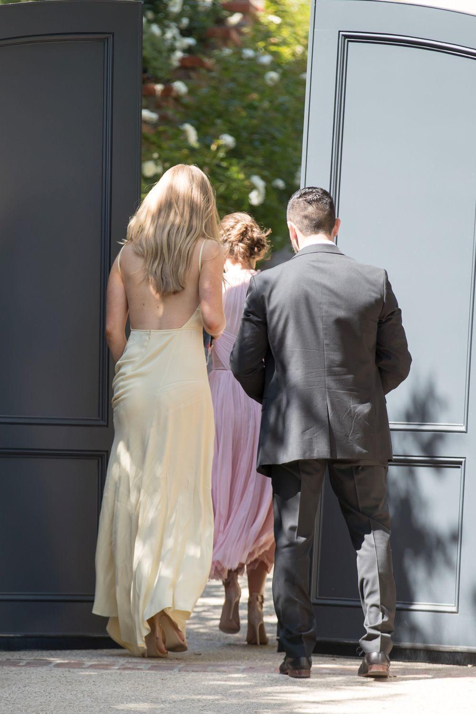 Invitados entrando en la boda de Miranda Kerr y Evan Spiegel en Los...
