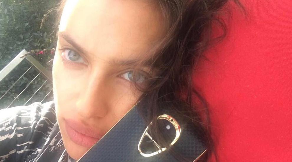 Irina Shayk cuida su piel al milímetro vaporizando tónico y agua de...