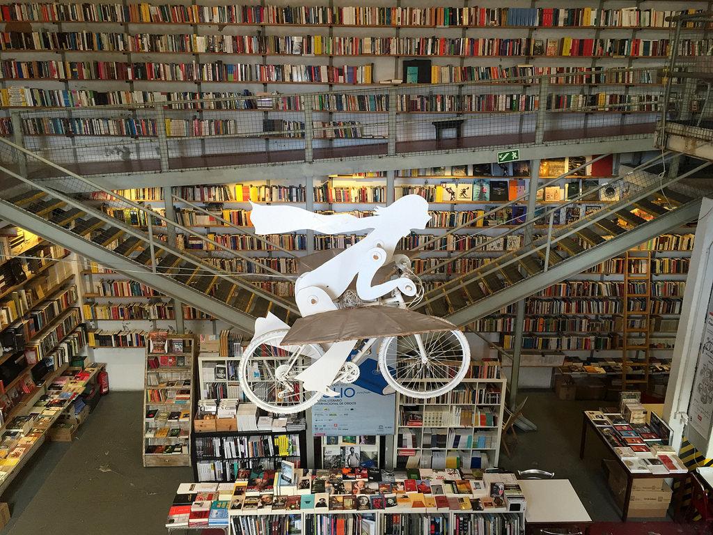 Recorremos la Feria del Libro preguntándole a los libreros por sus...