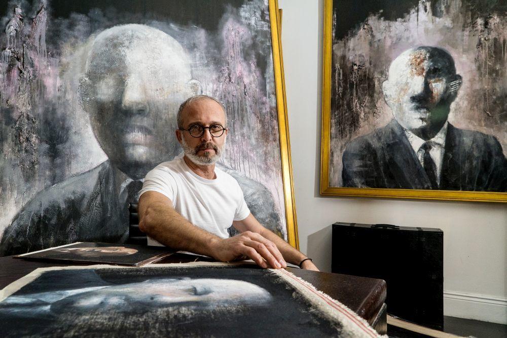 El pintor Harouni en su galería