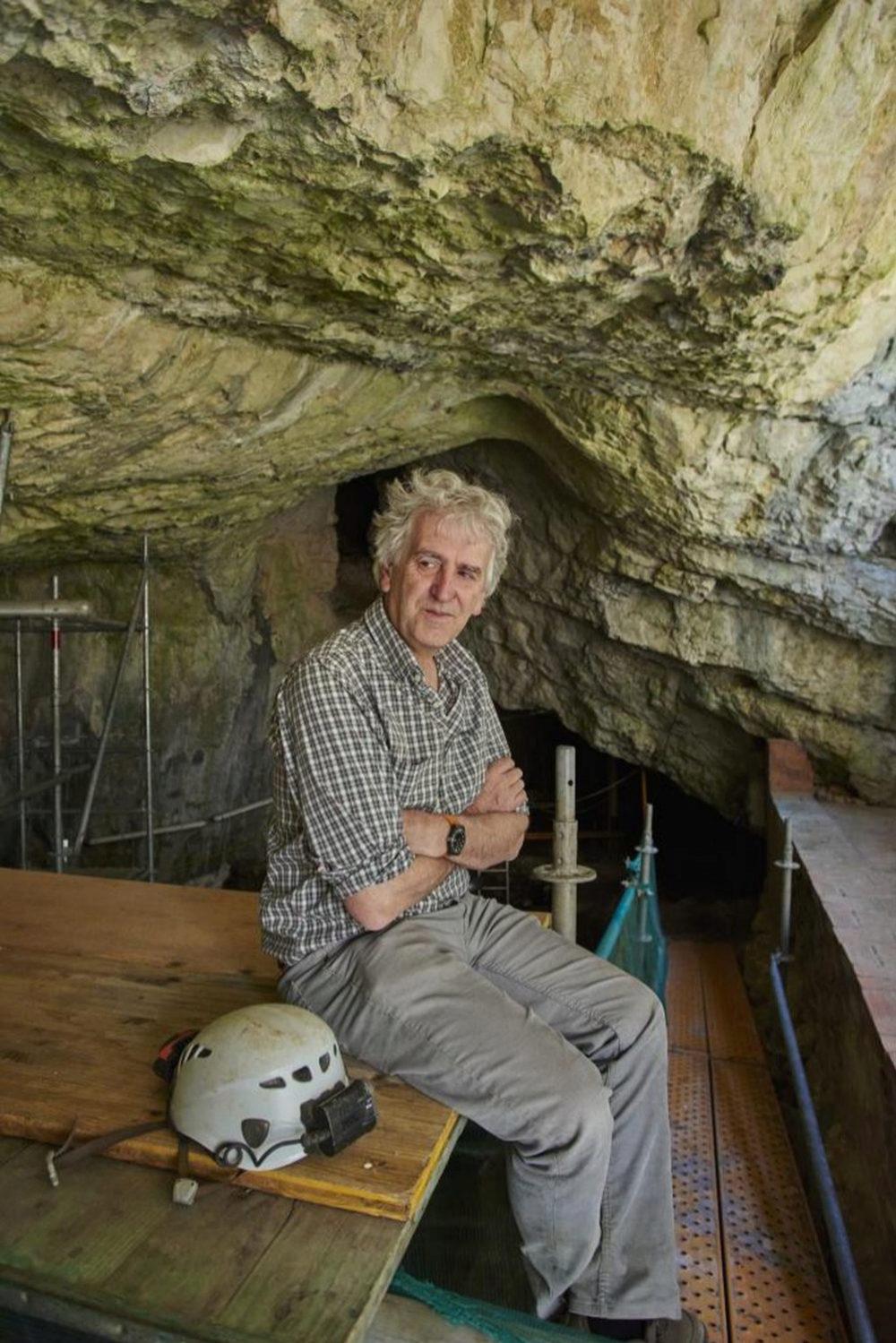 Arsuaga en la entrada de la cueva, sobre los andamios por los que se...