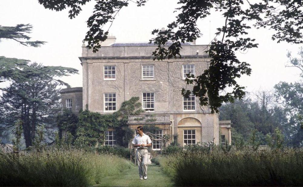 En los jardines de su casa, Highgrove House.