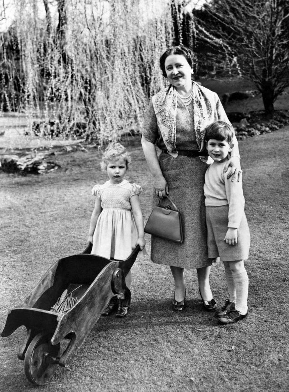 El Príncipe Carlos y la Princesa Anne junto a su madre, la Reina