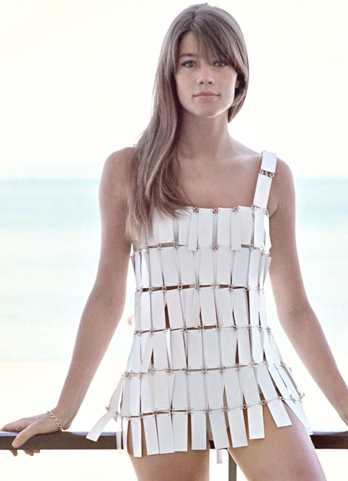 Françoise Hardy en 1966 con look de alta costura de placas...