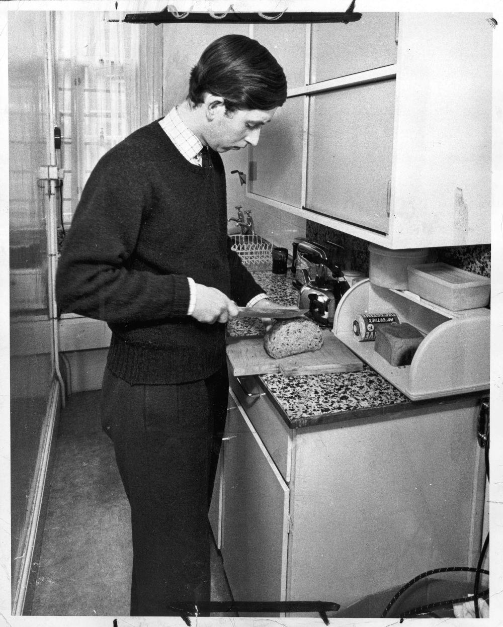 El príncipe Carlos en la cocina de su apartamento en el Trinity...