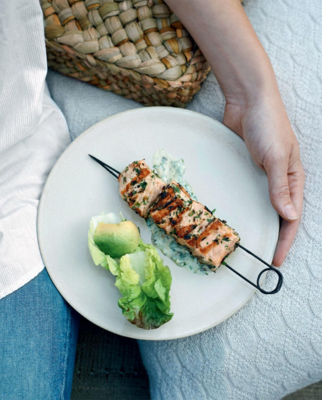 Brochetas de salmón con chermoula.