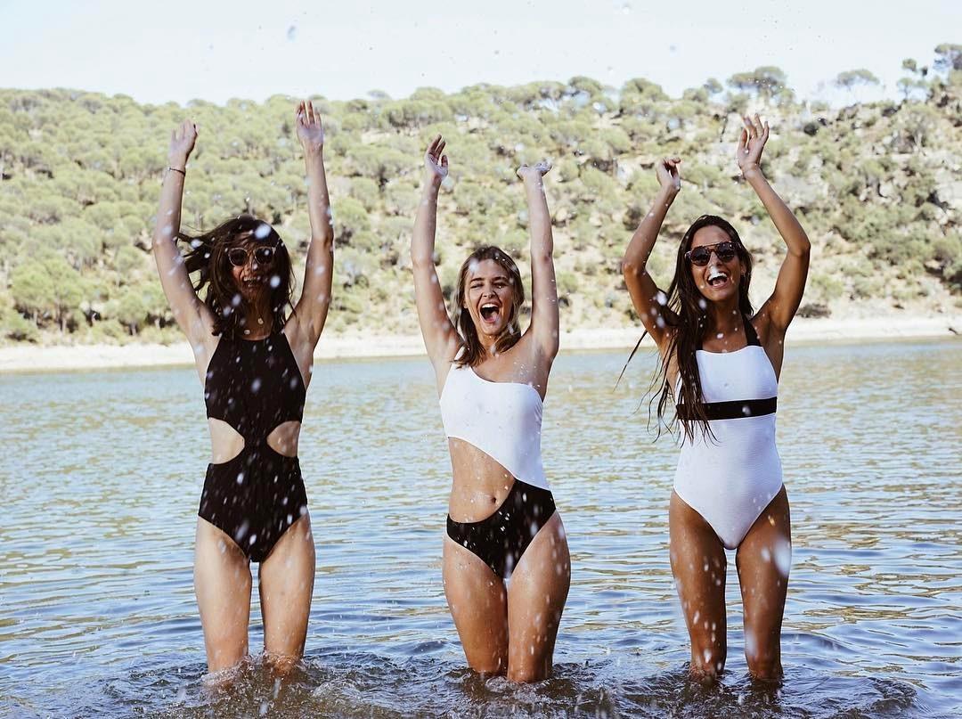 Itziar Aguilera, Laura Escanes y Maria Frubies en una foto behind the...