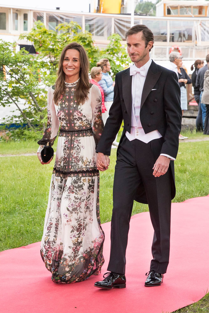 En la boda de unos amigos en Estocolmo, con vestido largo de flores de...