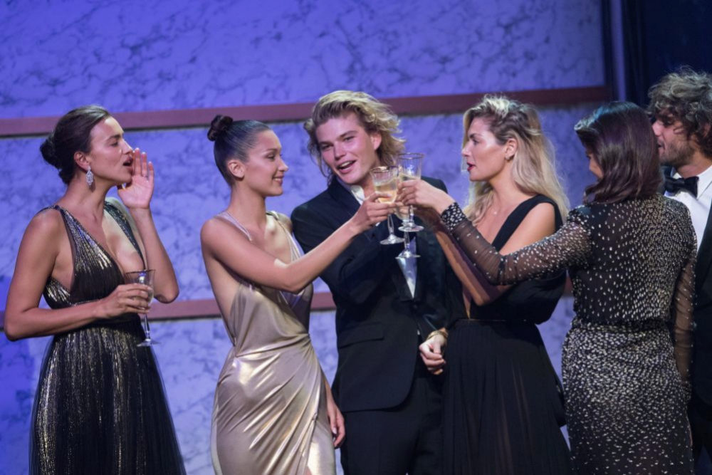 Bella Hadid y Jordan Barrett en la gala amfAR en Cannes