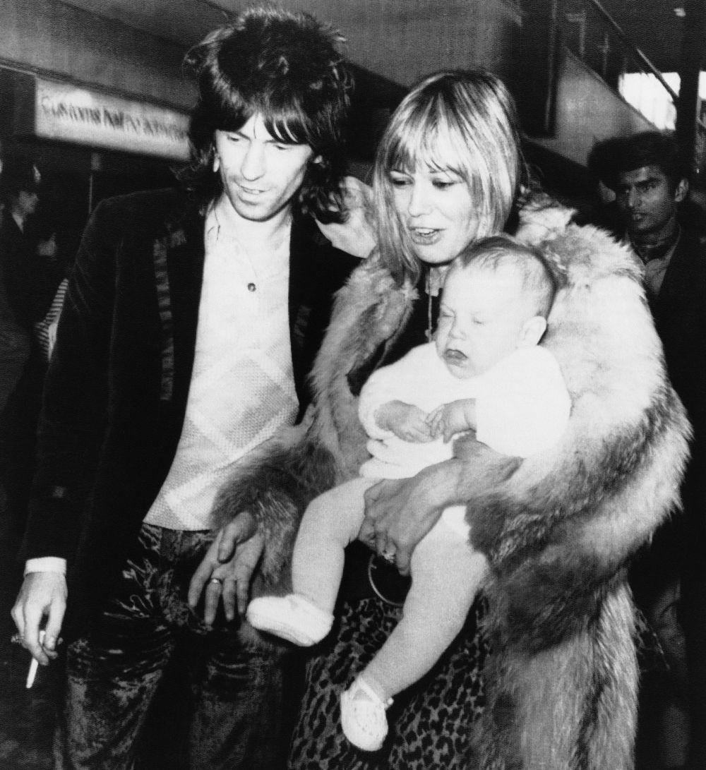 Keith Richards y Anita Pallenberg con Marlon, su primer hijo, en 1973.