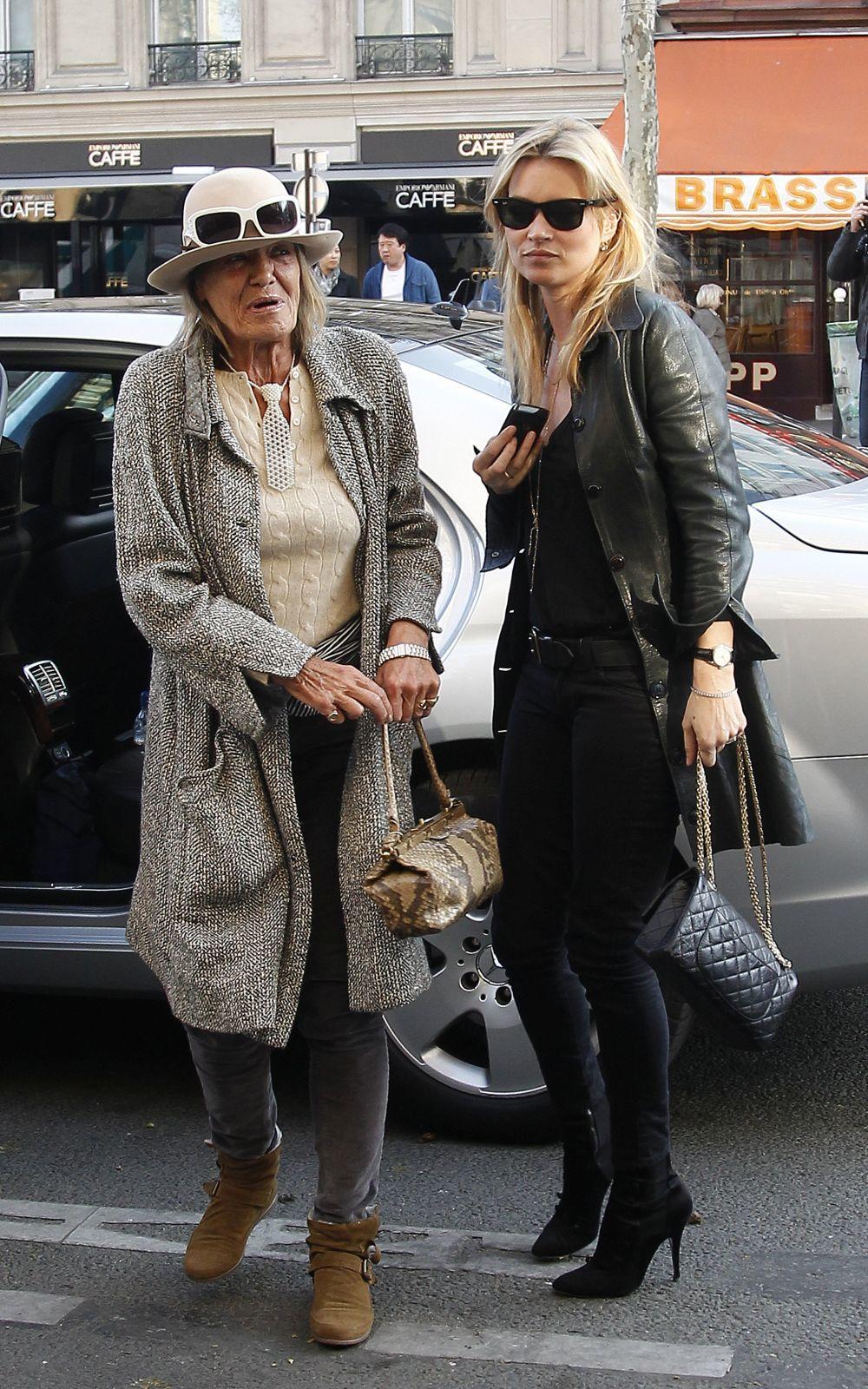 Kate Moss y Anita Pallenberg en París en 2011.