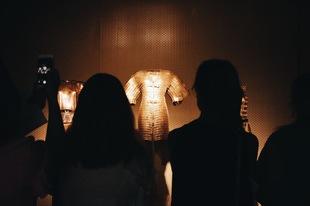La sala principal de la exposición alberga los famosos vestidos...