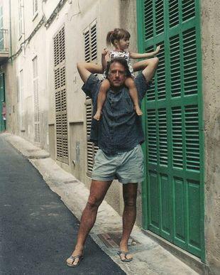 Emily Ratajkowski en sus primeras vacaciones con su padre.