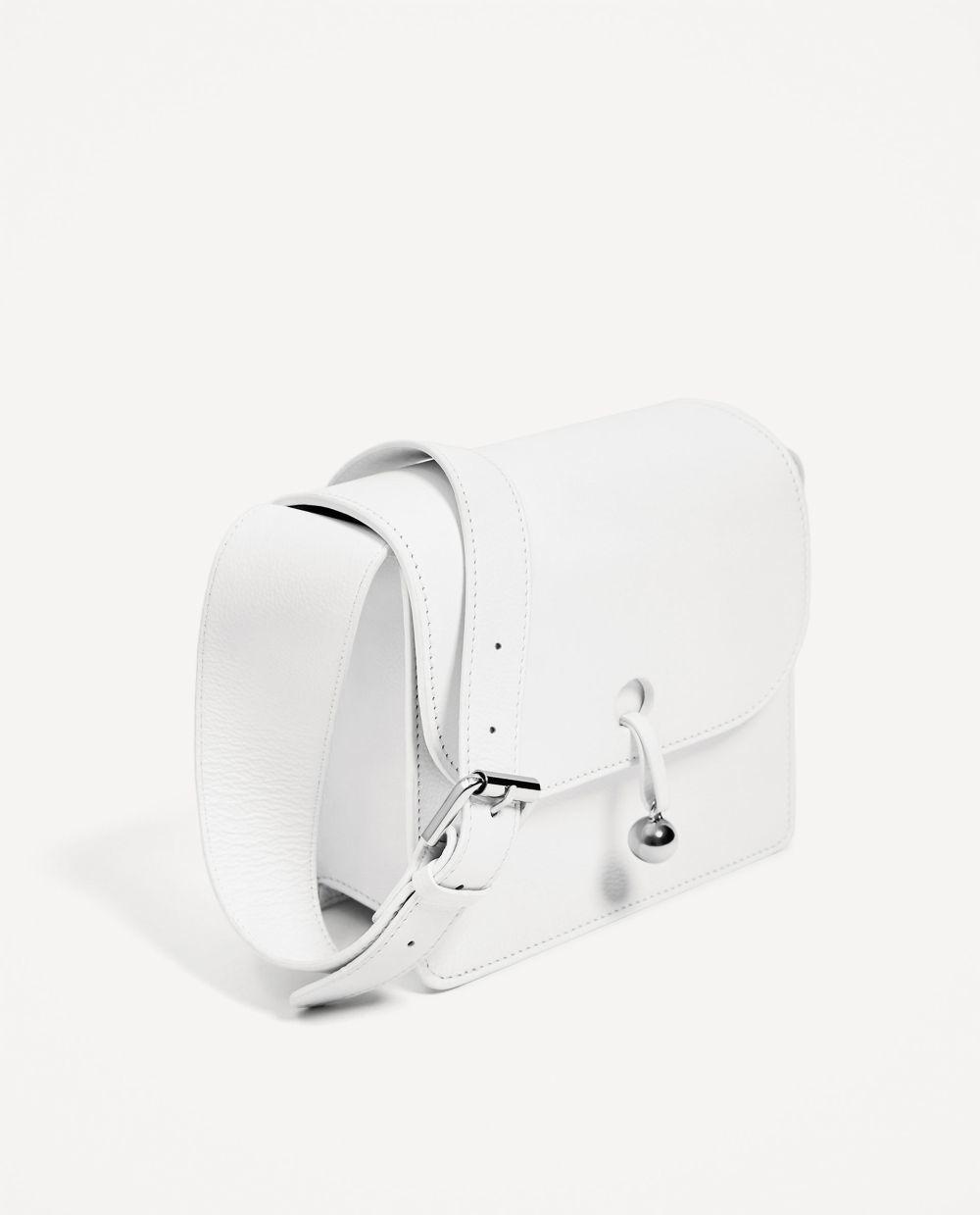 Bolso de piel Zara (49.95 euros).